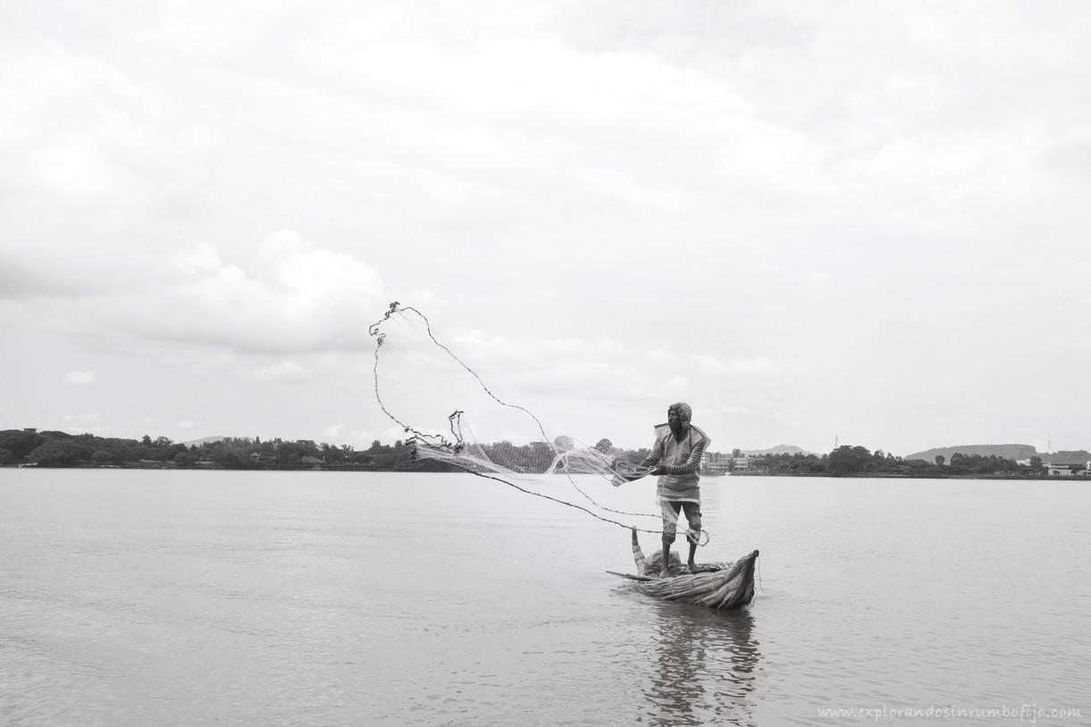 pescador echando la red lago tana