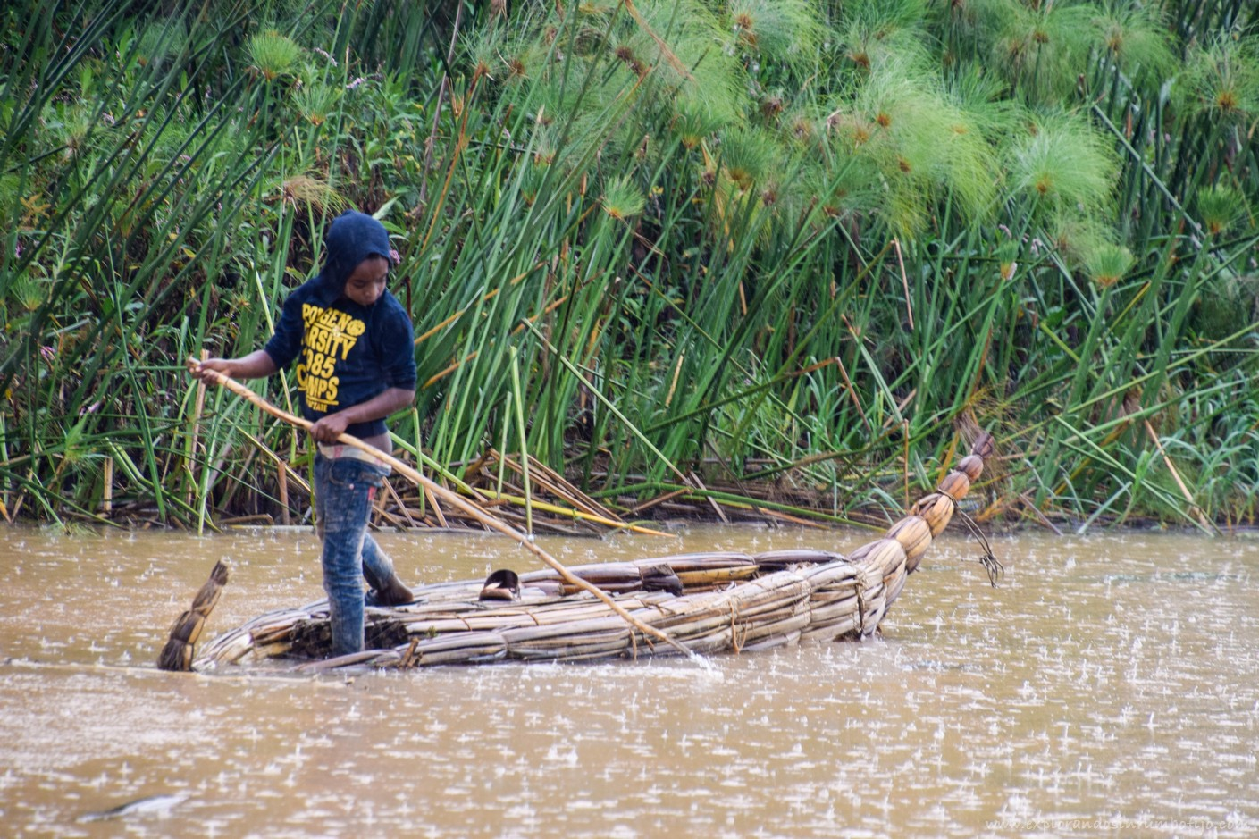 niño barco papiro lago tana