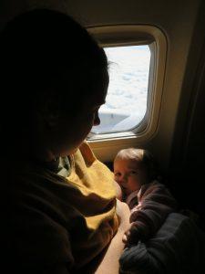 bebe mamando avión